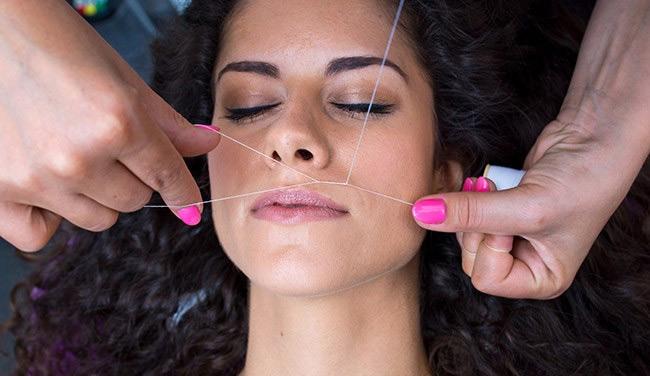Удаление волос на лице с помощью скрученной нити