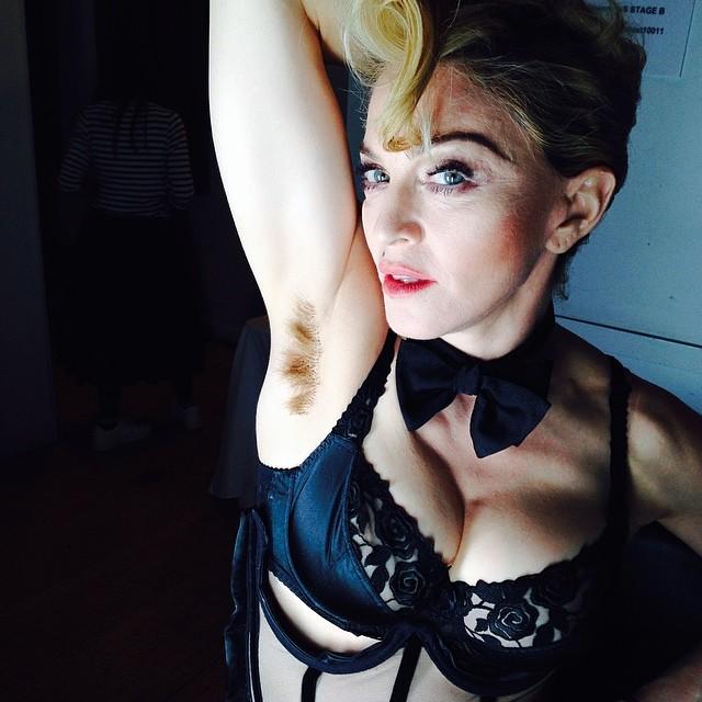 Мадонна демонстрирует небритые подмышки
