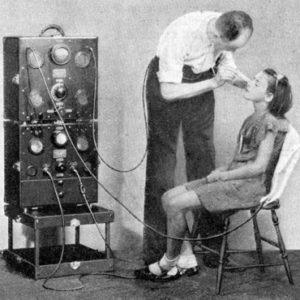 В реальности это лечение угревой сыпи, но для неискушенного взгляда приборы выглядят похоже (1933 г.)