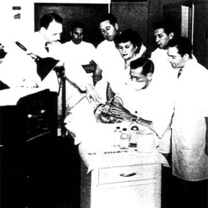 Хинкель (слева) учит электрологов работе на новом аппарате для блендовой эпиляции
