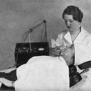 Проведение процедуры на многоигольчатом электроэпиляторе (1936 г.)
